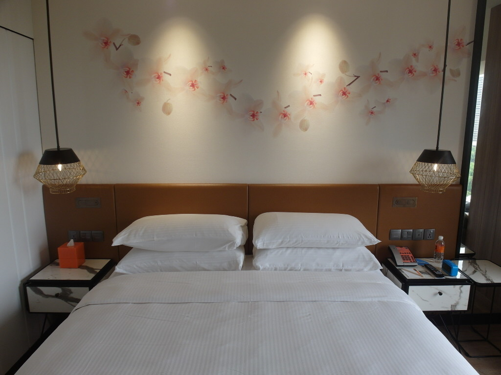 King sized bed in Hotel Jen Tanglin Singapore's Club Room