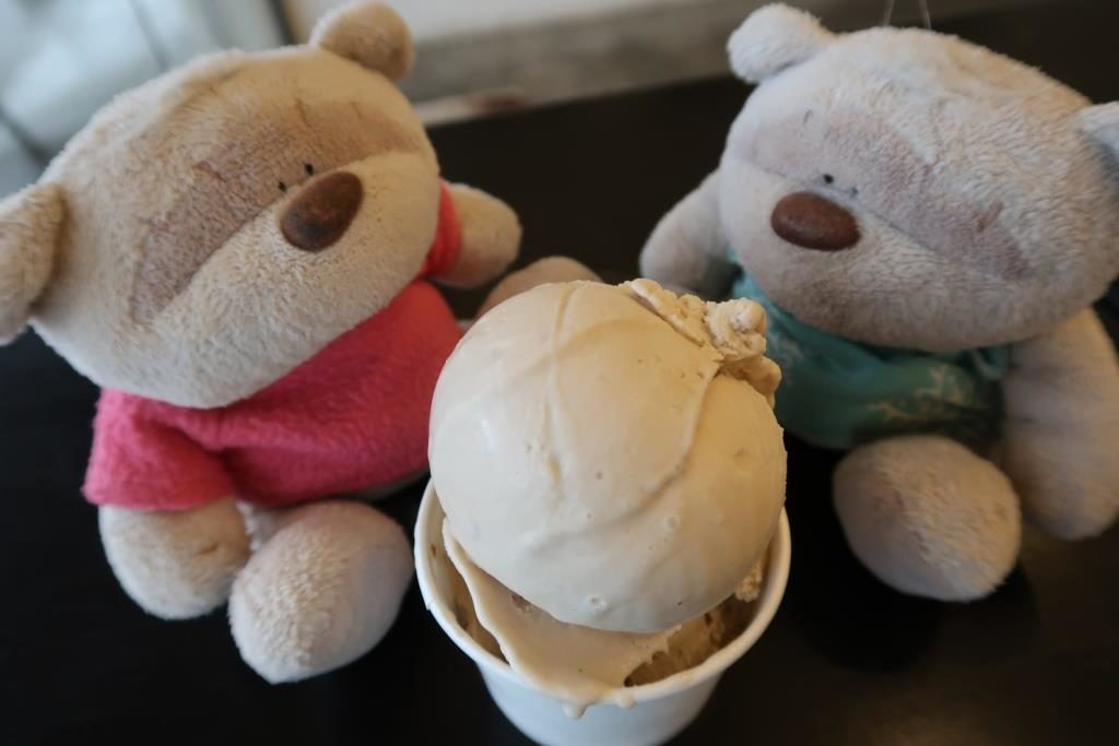 Earl Grey Lavender (top) and Pistachio ice cream at Creamier Toa Payoh